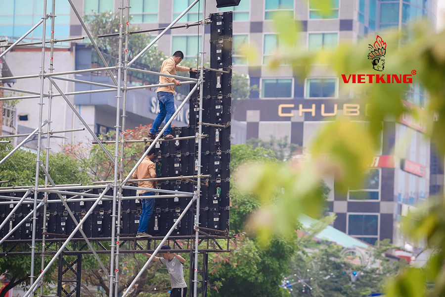 Nhân viên Vietking thi công lắp đặt màn hình led